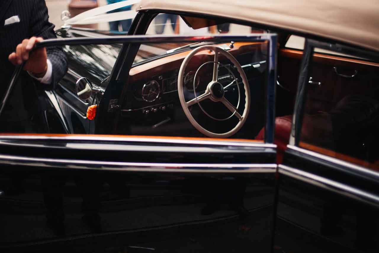 車のドア、ボディ、内装等に関する作業内容、工賃、納期について解説